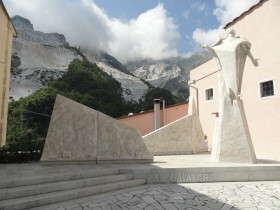 Colonnata - standbeeld